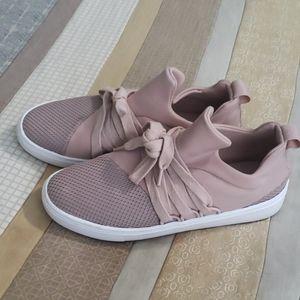 Steve madden 6.5 slip in sneakers blush nude color